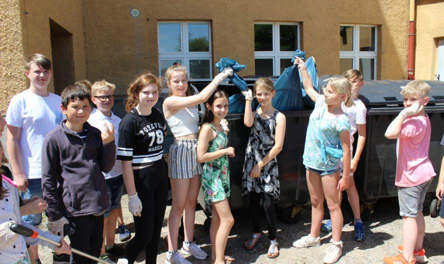 Klasse 5b räumt Schulgelände auf – Tolle Aktion :-)